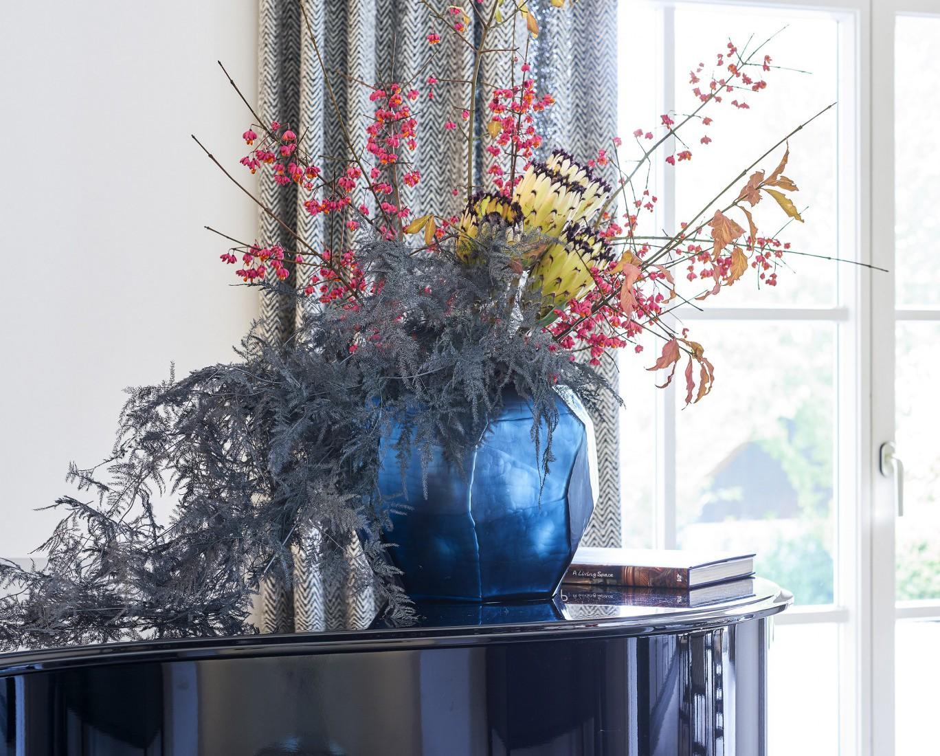 Hier sehen Sie ein Bild von Flügel mit Vase - RAUM contemporary interior